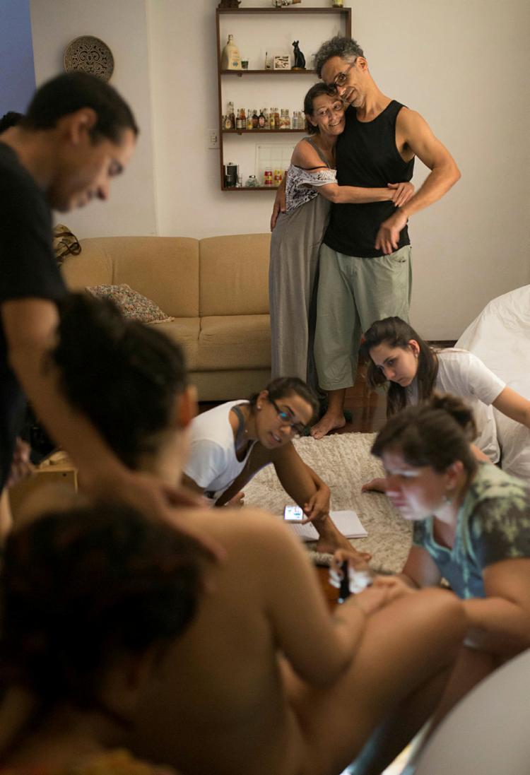 A doula Marina Sant'Ana durante o parto, com familiares e equipe de apoio
