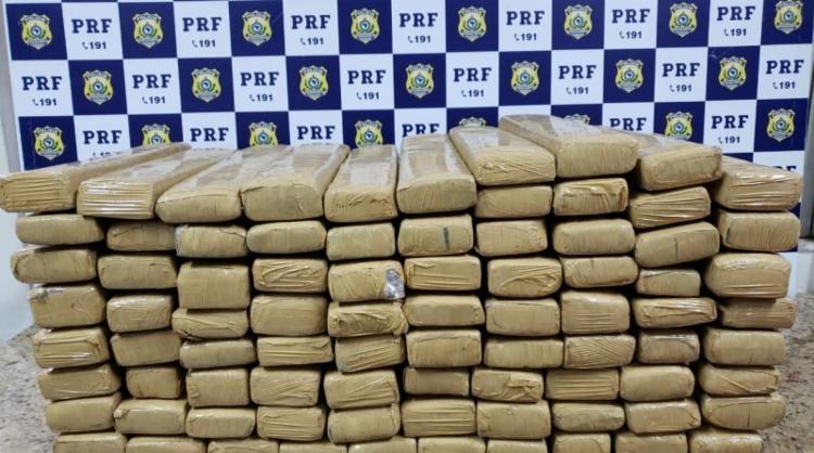 Suspeito transportava 83 tabletes de maconha em duas malas e uma sacola - Foto: Divulgação   PRF