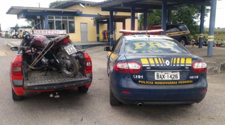 Suspeitos removiam peças da moto quando foram flagrados pelos policiais - Foto: Divulgação | PRF