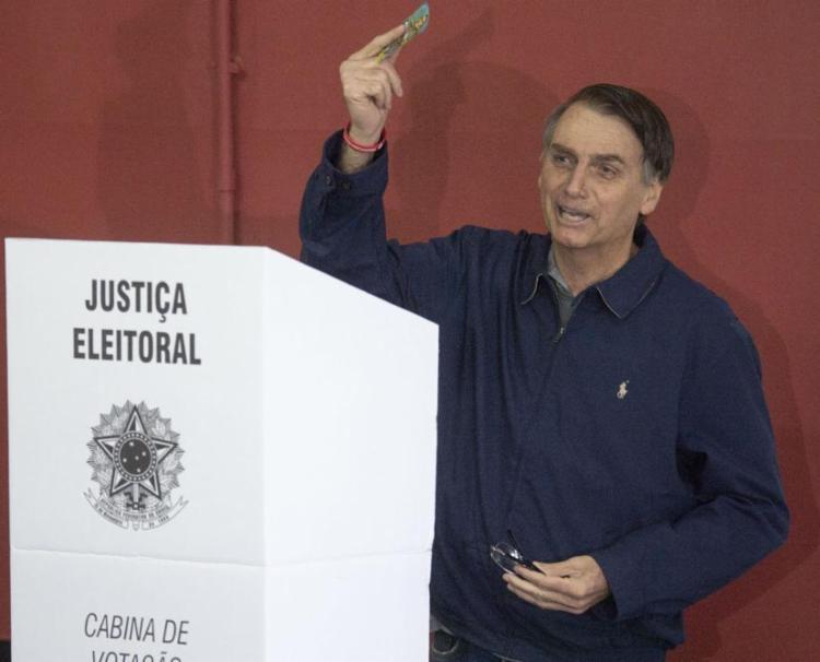 Jair Bolsonaro votou na Escola Municipal Rosa da Fonseca, na Vila Militar (RJ) - Foto: Mauro Pimentel / AFP
