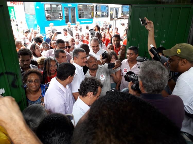 Rui Costa foi recepcionado com dezenas de eleitores em frente ao Colégio Duque de Caxias - Foto: Thais Seixas   Ag. A TARDE