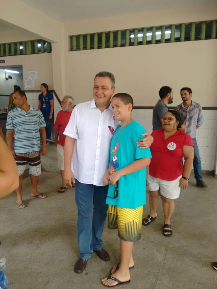 Após votar, o governador Rui Costa foi tietado no Colégio Estadual Duque de Caxias