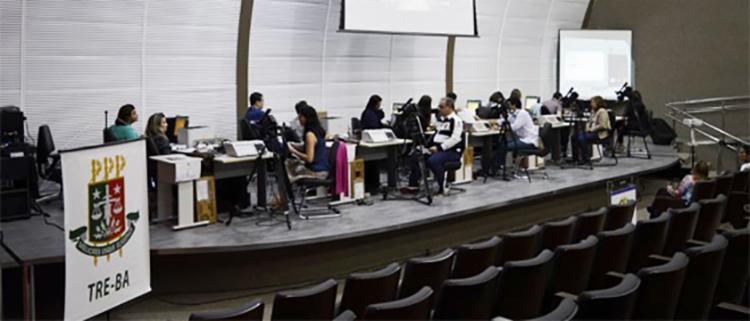 O TRE-BA sorteou cinco urnas eletrônicas, sendo quatro do interior e uma da capital - Foto: Ascom TRE