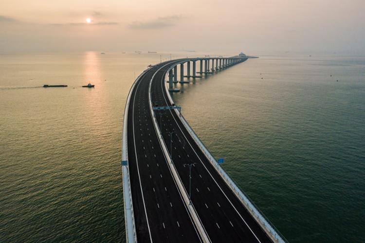 A enorme estrutura inclui a ponte sobre o delta do Rio das Pérolas e um túnel submarino - Foto: AFP