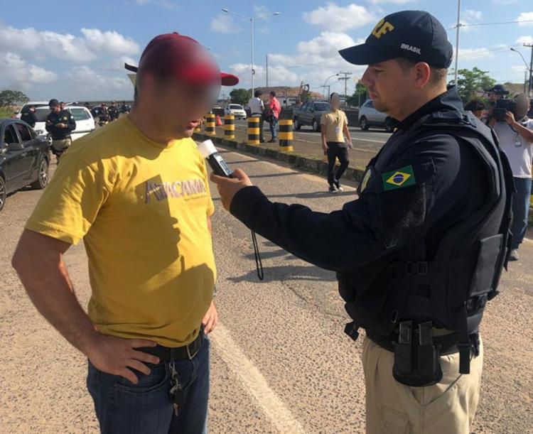 O condutor que se recusar a fazer o teste do bafômetro receberá multa e terá a CNH suspensa - Foto: Divulgação | PRF
