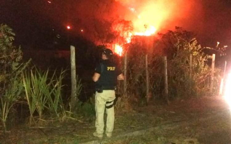 Fogo se alastrou e atingiu área de vegetação, provocando riscos aos moradores - Foto: Divulgação   PRF