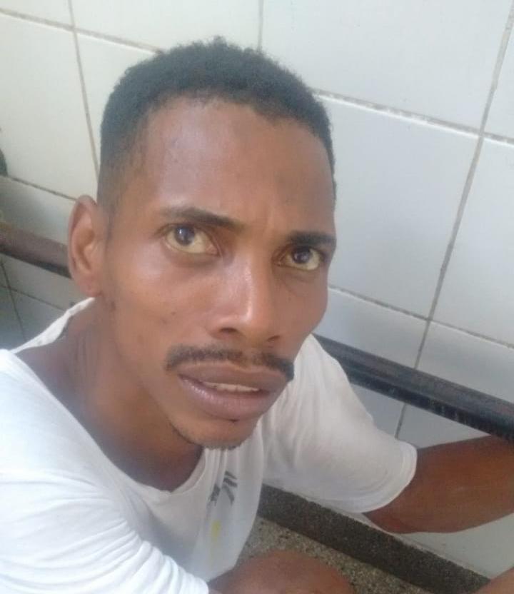 Aílton respondia em liberdade provisória por crimes de tráfico de drogas e roubos