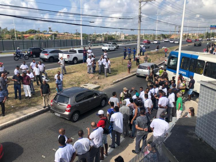 Por conta do protesto, passageiros têm que andar até a estação do metrô