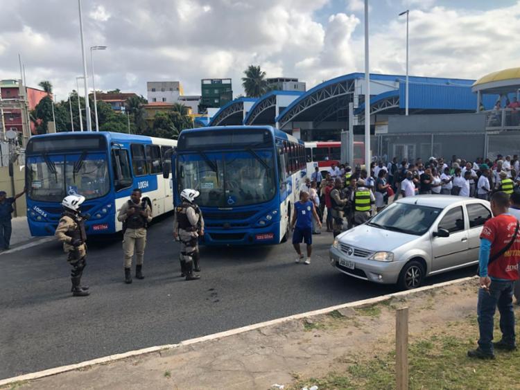 Policiais militares tentam negociar com os rodoviários