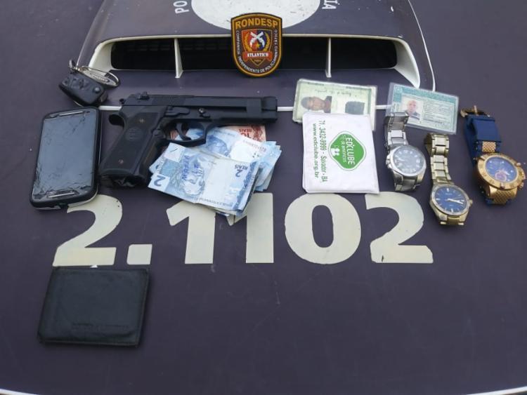 Com eles foram encontrados um simulacro de pistola e celulares, além do roubo do veiculo