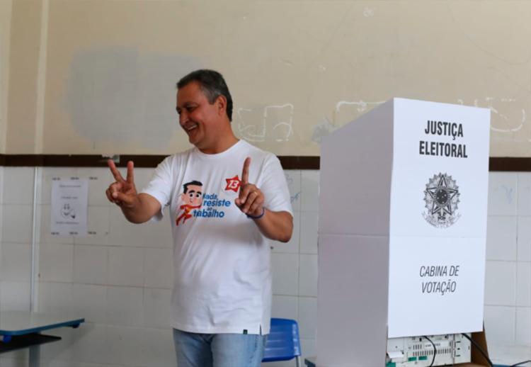 candidato foi recebido com diversos gritos de comemoração e saudações os eleitores que o acompanharam - Foto: Raul Spinassé | Ag. A TARDE