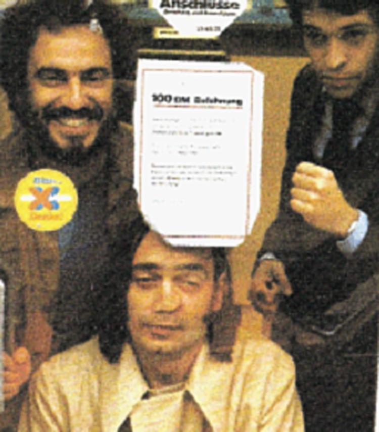 Sábat clicou Henfil, Chico e Aroxa (caricaturista argentino) num salão de humor em Frankfurt (1979) - Foto: Divulgação