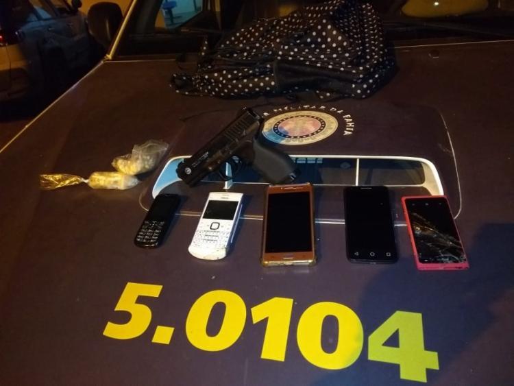 Foram apreendidos cinco celulares com o suspeito