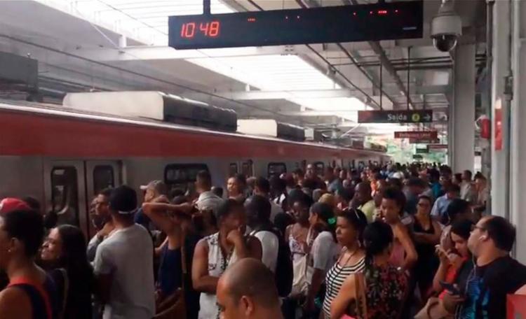 Por causa da pane, os passageiros foram obrigados a descer dos vagões - Foto: Reprodução | Youtube | Aratu Online