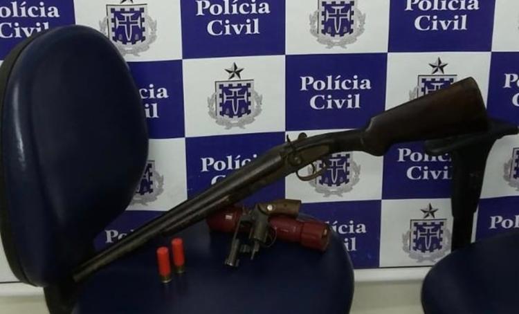 Na casa de Ivan foi apreendido uma arma calibre 38 e uma espingarda calibre 12. - Foto: Divulgação | Policia Civil