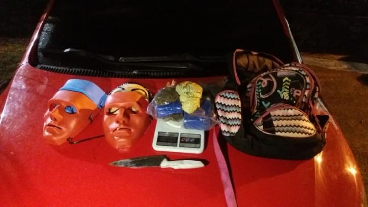Máscaras, facas, droga, balança e embalagens plásticas que estavam no carro foram apreendidas - Foto: Divulgação | SSP-BA