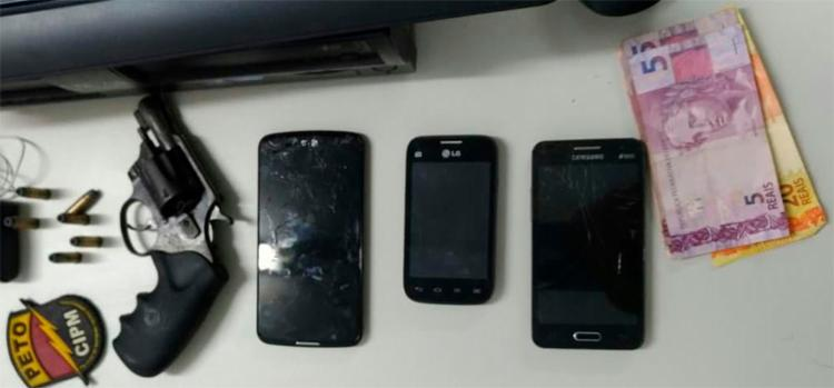 Com os suspeitos foram apreendidos um revólver calibre 32 com seis munições, três aparelhos celulares e a quantia de R$ 50 - Foto: Divulgação   SSP-BA