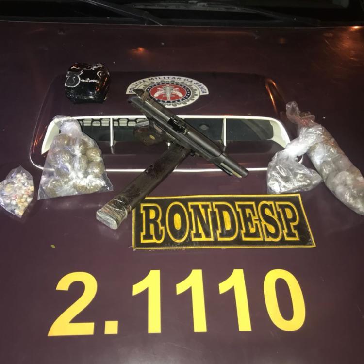 Foram apreendidos uma pistola calibre 9mm, de uso restrito, munições, drogas e dinheiro - Foto: Divulgação | SSP-BA