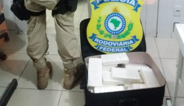 Material apreendido por policiais rodoviários federais estava dentro de uma mala - Foto: Divulgação | PRF