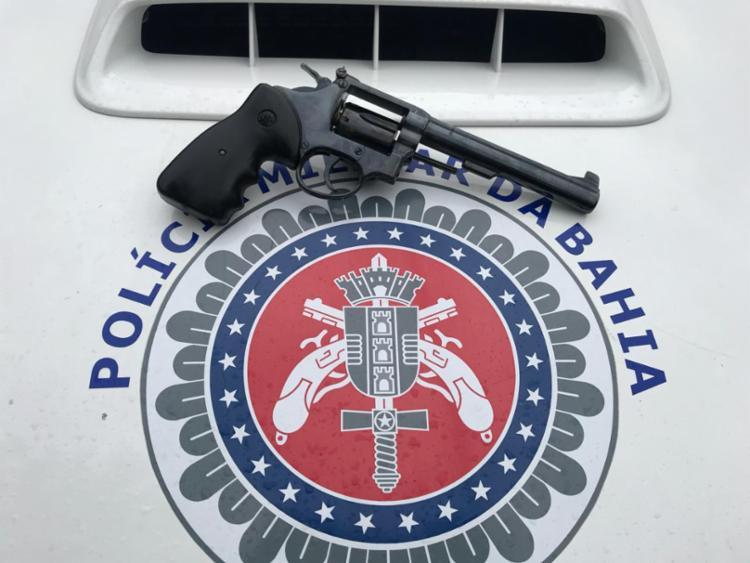 Um revólver calibre 38 e munições foram apreendidos - Foto: Divulgação | SSP-BA