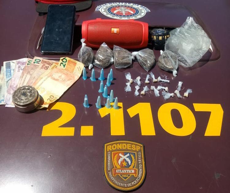 Um dos suspeitos foi detido com cinco tabletes de maconha, 15 pedras de crack, 12 pinos de cocaína, R$ 94, - Foto: divulgação | SSP-BA