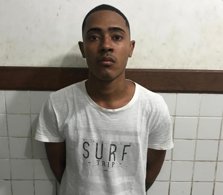 Weslei Alves dos Santos foi detido com um revólver calibre 38, munições, 15 trouxas de maconha e um celular - Foto: Divulgação | SSP-BA
