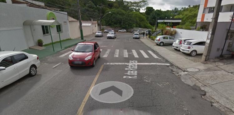 Um caminhão chocou com um poste na Rua das Patativas, nas proximidades do Shopping Caboatã - Foto: Reprodução | Google