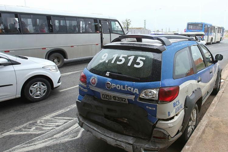 O carro, modelo C3, colidiu na traseira da viatura - Foto: Margarida Neide | Ag. A TARDE