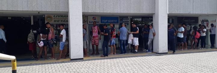 Logo após o início das vendas, já foi possível ver fila no Shopping Capemi