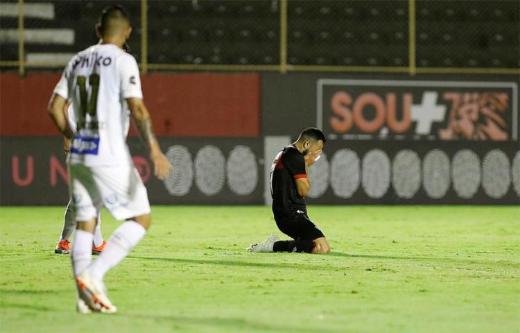Derrota para o Santos foi a quinta como mandante no Brasileirão - Foto: Adilton Venegeroles / Ag. A TARDE