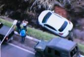 Motorista perde controle e cai em valeta de drenagem na BR-324 | Foto: Reprodução | TV Record