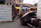 Contêiner cai de carreta e atrapalha o trânsito em Pirajá | Foto: Joá Souza | Ag. A TARDE
