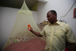 Invasão de muriçocas na Boca do Rio causa sofrimento para moradores e prejuízos para comerciantes. - Luciano Carcará / Ag. A Tarde