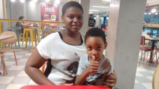 Ela precisa de 200 mil reais para levar o filho à Tailândia, onde ele será tratado com células-tronco - Raul Aguillar