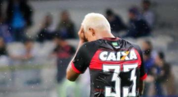 Zagueiro marca gol contra e mete a mão na bola - Dudu Macedo/Estadão Conteúdo