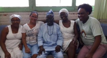 O africano Olabiyi Babalola Joseph Yai em visita ao colégio Nelson Mandela, em Periperi - Divulgação