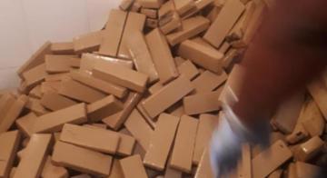 Policiais estaduais e federais encontraram 500kg de maconha prensada em casa de praia - SSP-BA/Ba