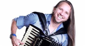 O cantor Dorgival Dantas comemora o lançamento do DVD - Divulgação