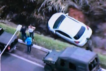 Motorista perde controle e cai em valeta de drenagem na BR-324