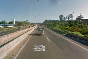 Colisão entre caminhão e carro deixa uma pessoa ferida na BR-324   Reprodução   Google Maps