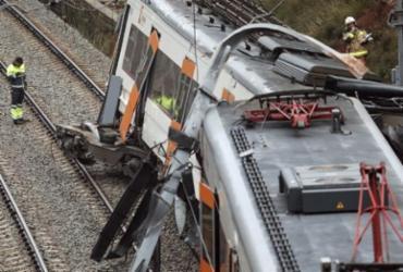 Trem com 150 passageiros descarrila e deixa um morto na Espanha   Pau Barrena   AFP