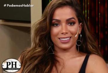 Anitta deixa apresentador sem graça ao admitir que já fez sexo a três | Reprodução