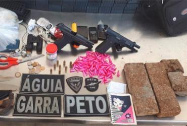 Trio de suspeitos é preso após tentar descartar pistolas e drogas   Divulgação   SSP