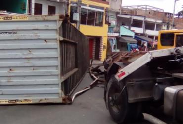 Contêiner cai de carreta e atrapalha o trânsito em Pirajá | Joá Souza | Ag. A TARDE