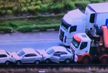 Acidente provoca engavetamento com seis veículos na BR-324 | Reprodução | TV Record