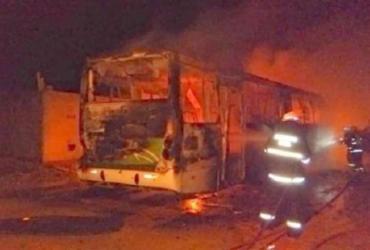 Homens ateiam fogo em ônibus em Vitória da Conquista | Reprodução | TV Sudoeste Digital