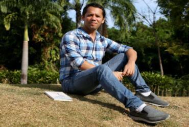 Escritor baiano indicado ao Prêmio Jabuti fala sobre a crise da palavra