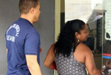 Mulher é presa por tentar sacar dinheiro de pensionista falecida   Divulgação   SECOM Salvador
