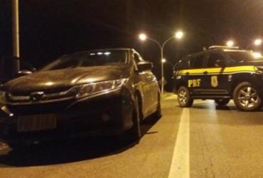 Carro roubado em Brasília é recuperado na BR-116; dois homens são presos   Divulgação   PRF