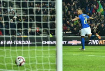 Substituto de Neymar, Richarlison marca e garante vitória do Brasil na Inglaterra   Glyn Kirk l AFP